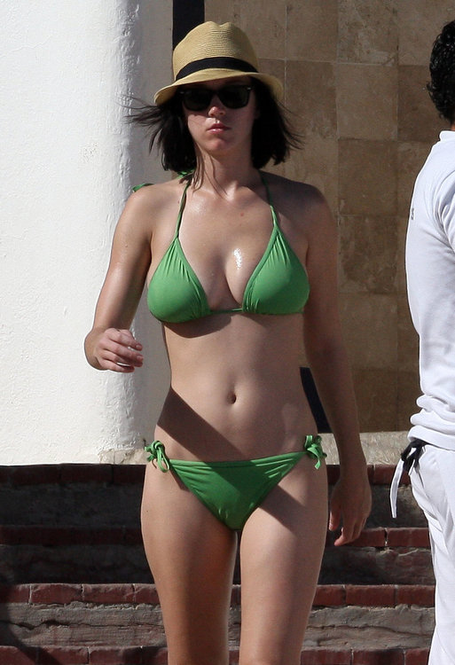 01847_kpmKaty_Perry_Mexico_Beach_03_123_232lo.jpg