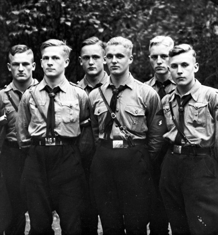 Bundesarchiv_Bild_119-5592-14A,_Gruppe_von_HJ-Jungen.jpg