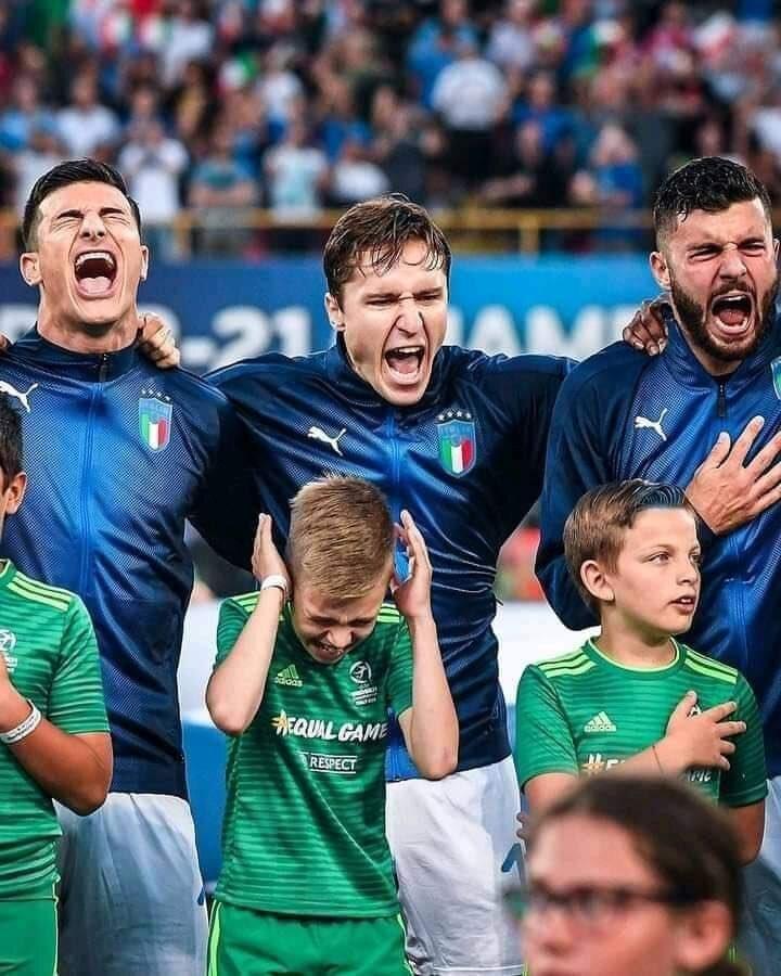 Italian players singing anthem.jpeg